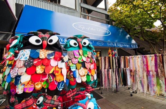 Souvenir shop happy owls