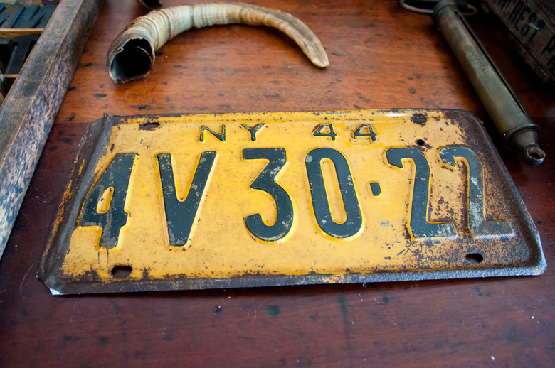 7 Old license plates can decorate the walls of your home