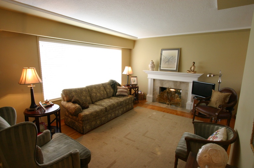 3   3811 barmond ave   living room