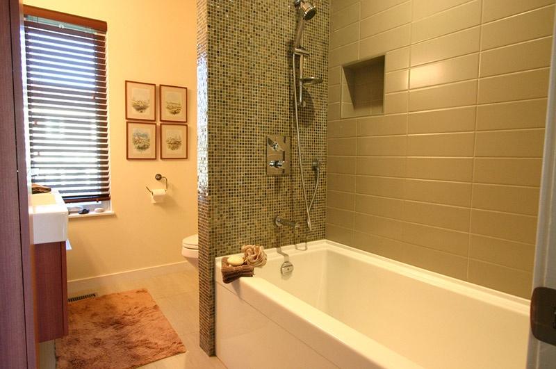 main bath2  9171 chapmond cres